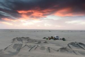 Bivak na cestě pouští z Nouadhibou do Ataru (Mauritánie)